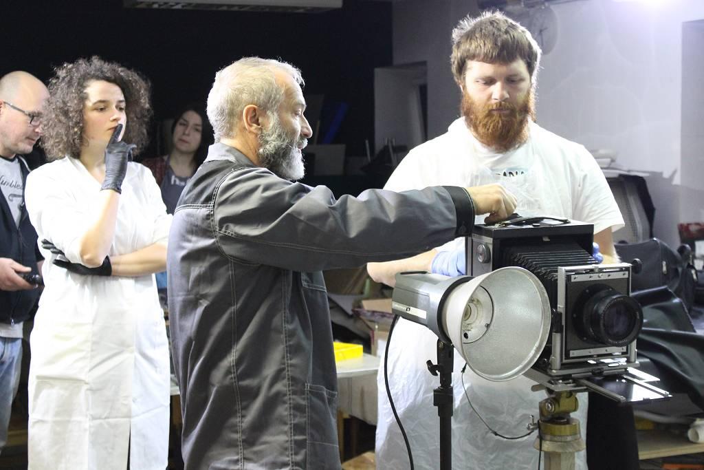 Rekonstrukcja metody ambrotypowej i mokrego negatywu kolodionowego podczas warsztatów w Pracowni Konserwacji Archiwalnych Materiałów Fotograficznych